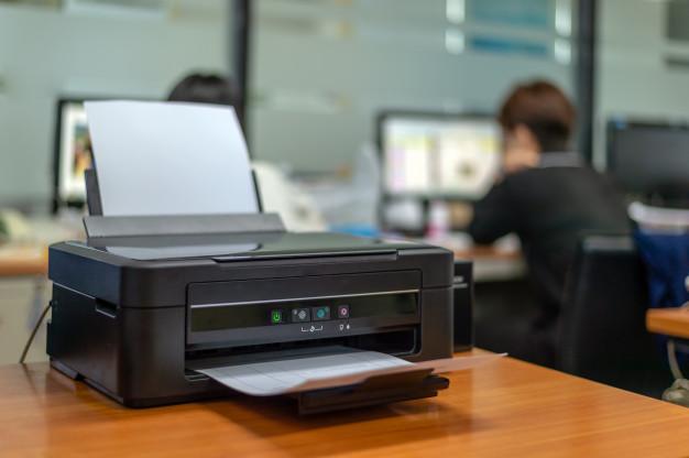 impresora-negra-oficina-enfoque-suave-luz-fondo